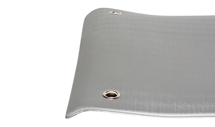 Có lỗ để luồn dây cuộn thảm hoặc treo lên khi vệ sinh