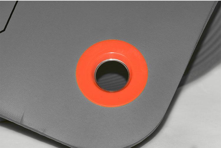 Lỗ tròn để luồn dây buộc